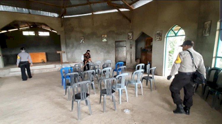 Cegah Corona, Bhabinkamtibmas Desa Nida dan Desa Kebesani Lakukan Penyemprotan Disinfektan