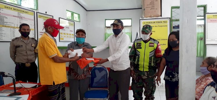 Bhabinkamtibmas Desa Tanazazo Melaksanakan Pengamanan Pembagian Bantuan Sosial Tunai (BST)