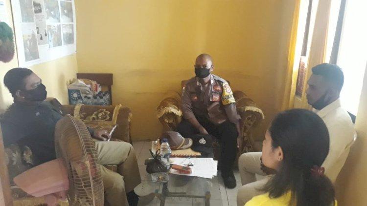 Adaptasi Kebiasaan Baru, Bripka Yahya T. Weni Sambangi Kantor Kelurahan Roworena