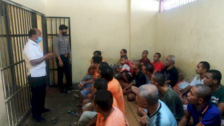 Pastikan Tahanan Lengkap Dan Sehat, Kasat Tahti Polres Ende Lakukan Pengecekan