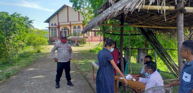 Amankan Ibadah Misa Awal Tahun 2021, Polsek Maurole Sosialisasilkan Prokes di Gereja