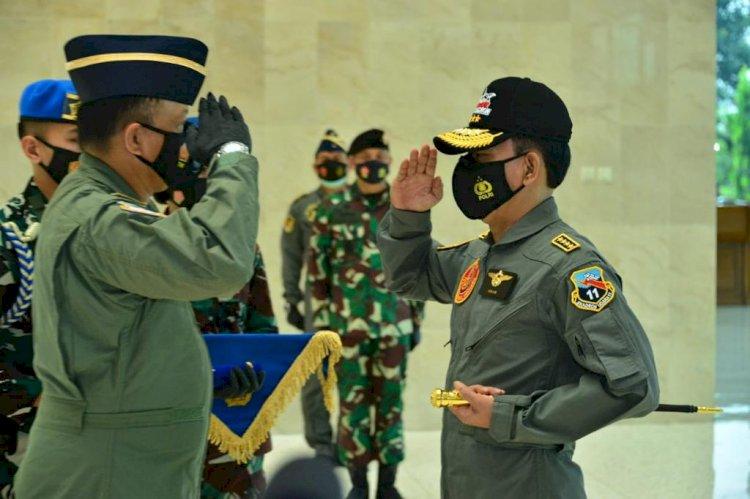 Kapolri Dianugerahi Wing Kehormatan Penerbang dan Brevet Kapal Selam Hiu Kencana