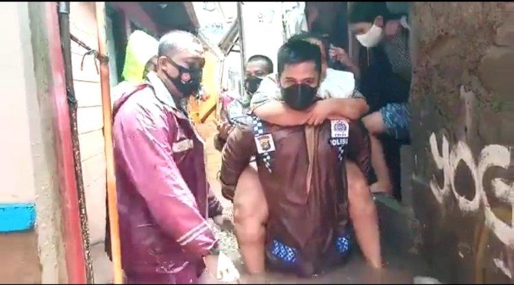 Kisah Heroik Kapolsek Mengevakuasi Korban Banjir, Digendong hingga Didorong Gerobak