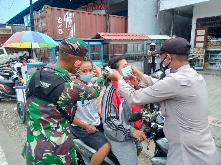 PPKM Berbasis Mikro, Satbinmas Polres Ende Gandeng Koramil Wolowona 01 Bagi Masker Kepada Pengunjung Pasar Dan Pengendara