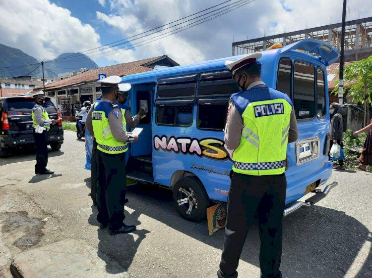Ops Keselamatan Ranakah 2021, Sat Lantas Polres Ende Laksanakan Himbauan Dan Pasang Stiker Tertib Lalulintas Dan Prokes 5M