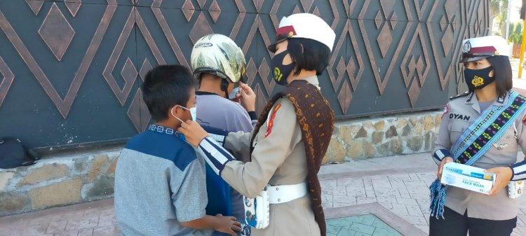 Peringati Hari Kartini, Polwan Sat Lantas Polres Ende Turun Ke Jalan Bagi Masker