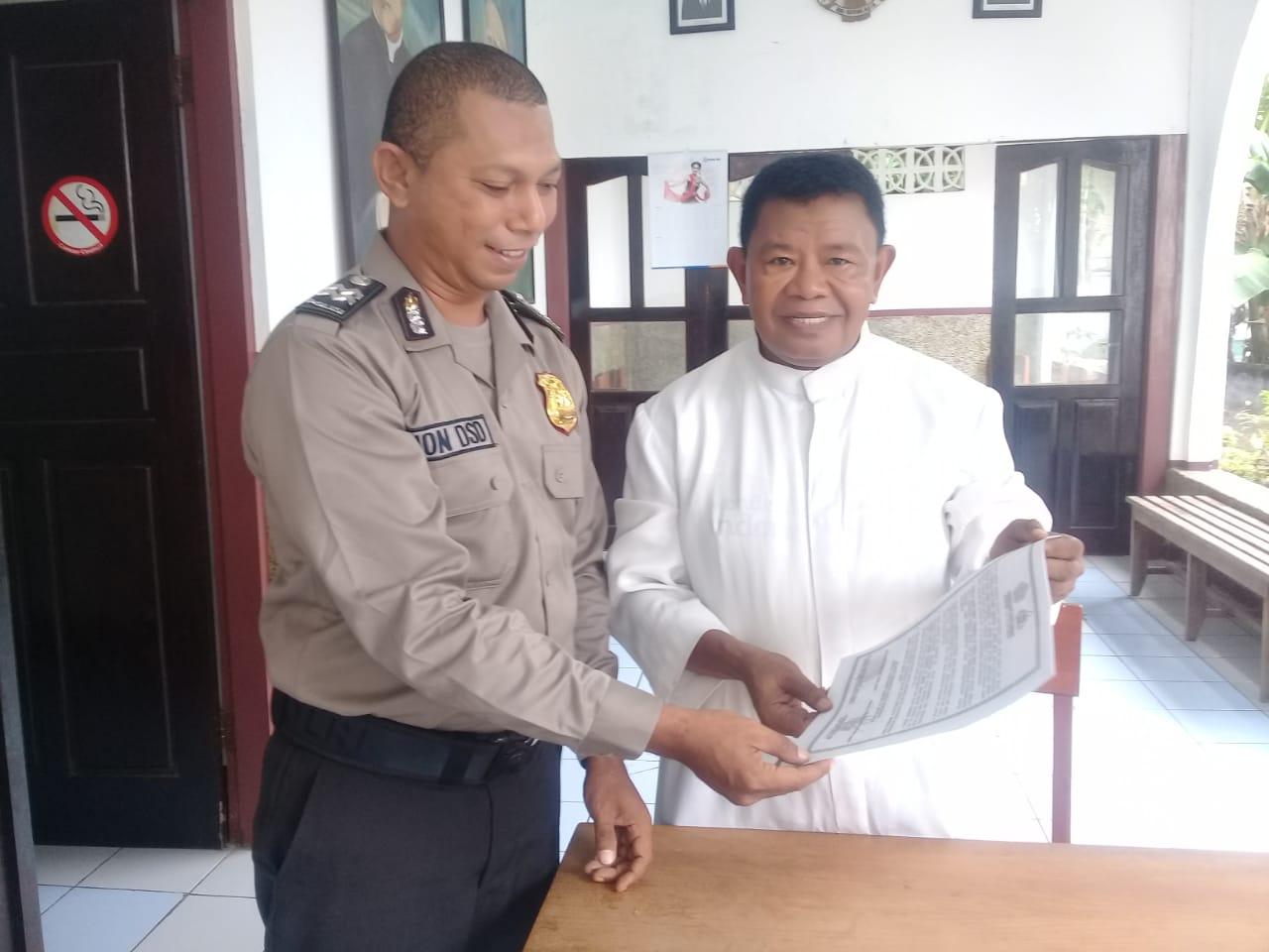 Satuan Binmas Polres Ende Membagi Brosur Himbauan Menjelang Pemilu 2019