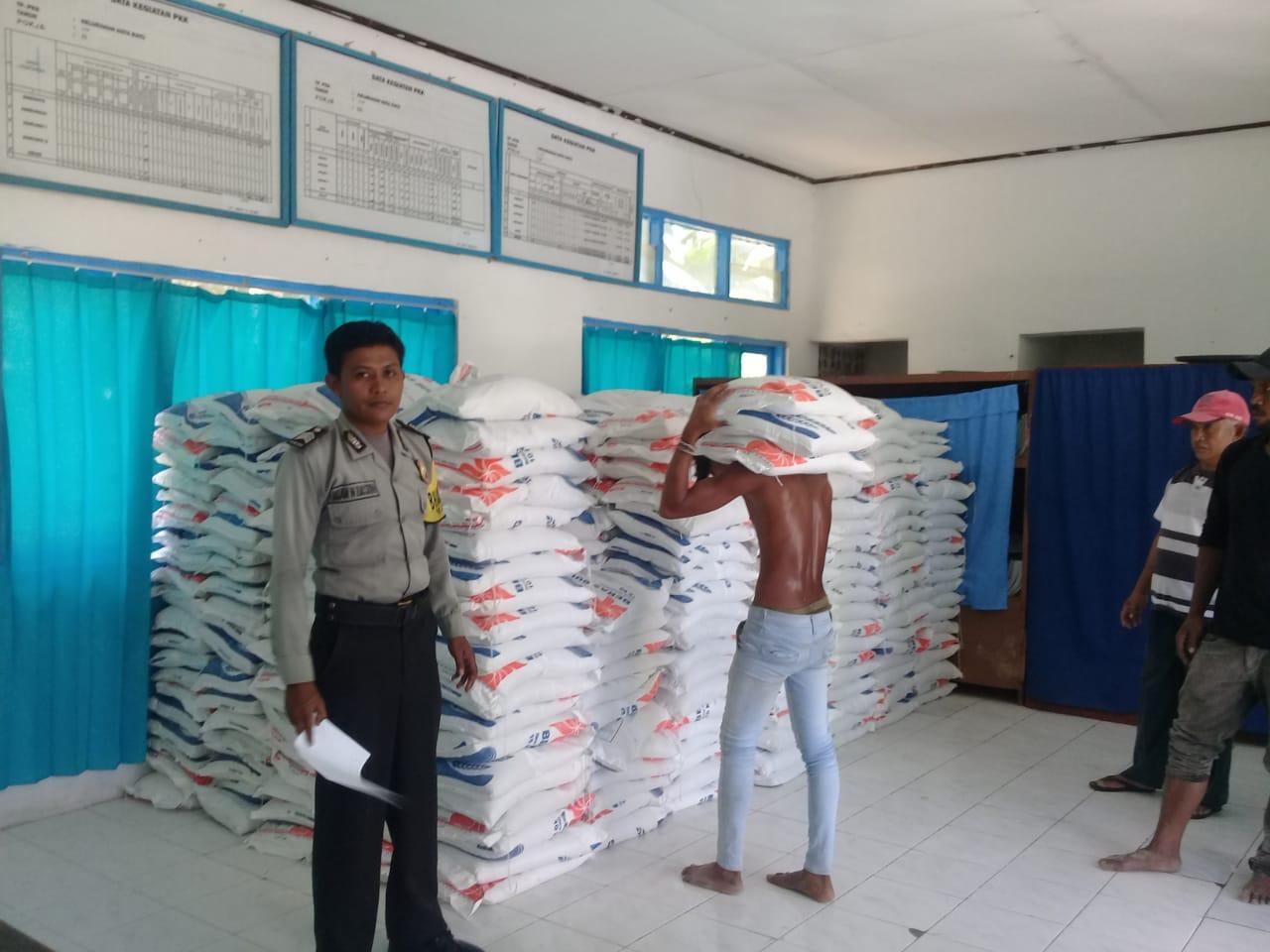 Bhabinkamtibmas Kel. Kotaraja Pengamanan dan Pantau Langsung Distribusi Bansos