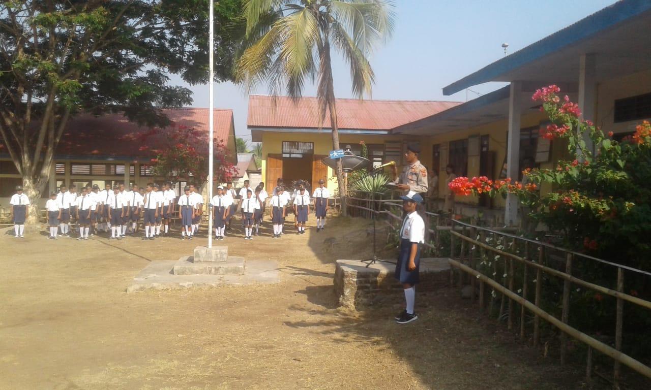 Sampaikan Pesan Kamtibmas Waka Polsek Wewaria Pimpin Upacara Di Sekolah