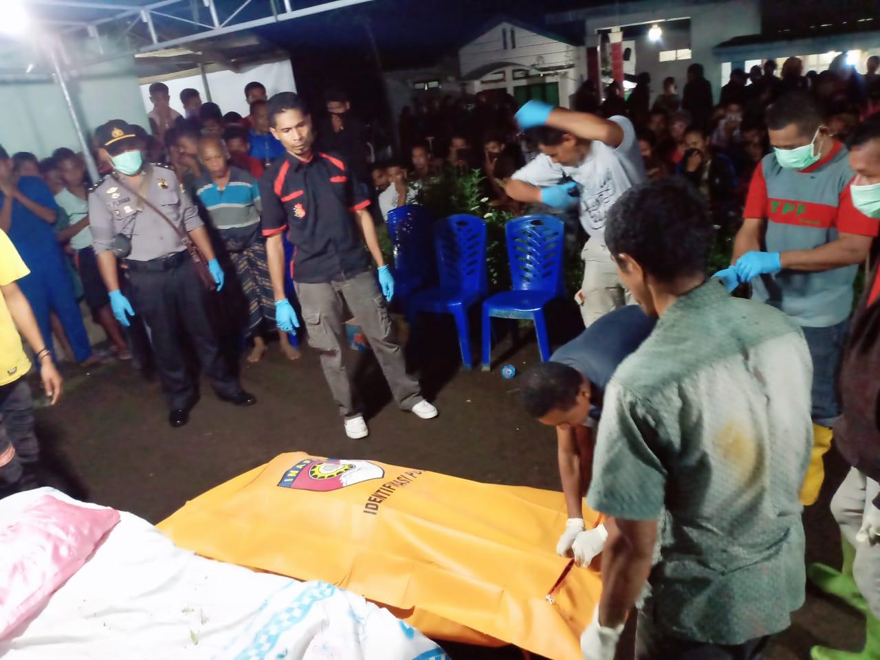 Personil Polsek Ende Bantu Evakuasi Penemuan Mayat Di Jurang